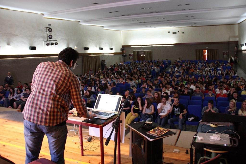 Salva Espín ante los alumnos del colegio Salesianos de Cartagena