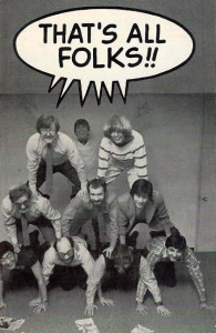 """¡¡E-eso es todo, amigos!! Esta desinhibida instantánea se sacó en la sala de conferencias de Marvel allá por 1983. En la parte inferior, de izquierda a derecha, puede verse a Larry Hama, Al Milgrom, Tom DeFalco y Ralph Macchio. En medio encontramos a Denny O´Neil, Mark Gruenwald y Carl Potts. Y arriba de todo se esfuerzan por mantener el equilibrio los más ligeritos, Archie Goodwin y Louise Jones. ¡Ah!, y ese que asoma en la parte de atrás extendiendo los brazos es """"Big"""" Jim Shooter. Cualquier siglo de estos tendríamos que hacer un montaje así con el equipo de Panini... ¿Os animáis, compañeros?"""